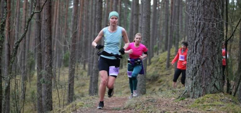 12 stundu Igaunijas ultramaratonā triumfē Latvijas skrējēji Skadiņš un Meistere